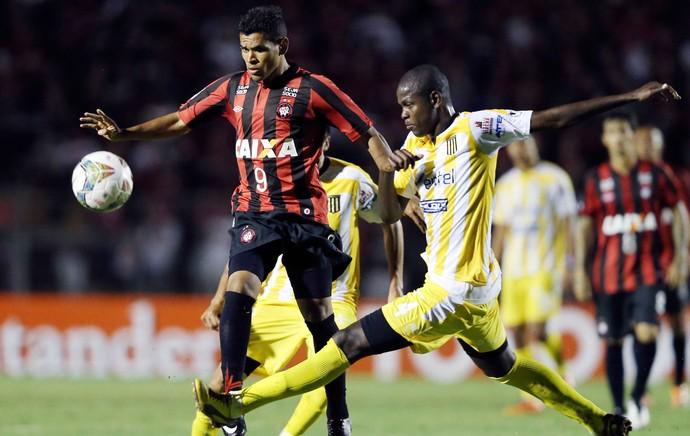 Jefferson Lopes e Ederson, Atlético-PR x The Strongest (Foto: Reuters)