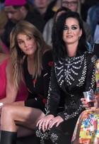 Caitlyn Jenner mostra demais ao lado de Katy Perry em desfile