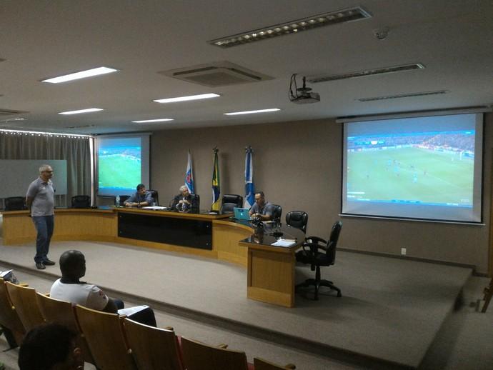 Comissão de arbitragens usou vídeos da Fifa para análise de situações de jogo (Foto: Vicente Seda)