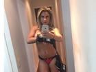 Dani Sperle posa de calcinha e fazendo topless para fotos