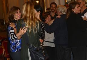 Beth Goulart e Nicete Bruno recebem o apoio de amigos no velório de Paulo Goulart em São Paulo (Foto: Iwi Onodera/ EGO)
