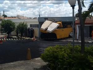 Motorista perdeu o controle da direção e colidiu com a residência, em Salto (Foto: GCM Salto)