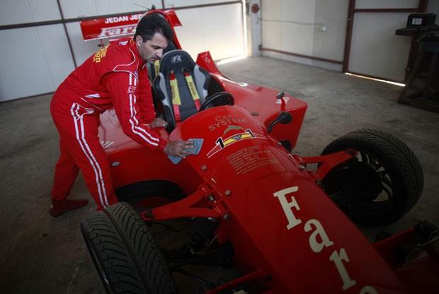 Miso Kuzmanovic com seu F-1 na garagem de sua casa (Foto: Dado Ruvic/Reuters)