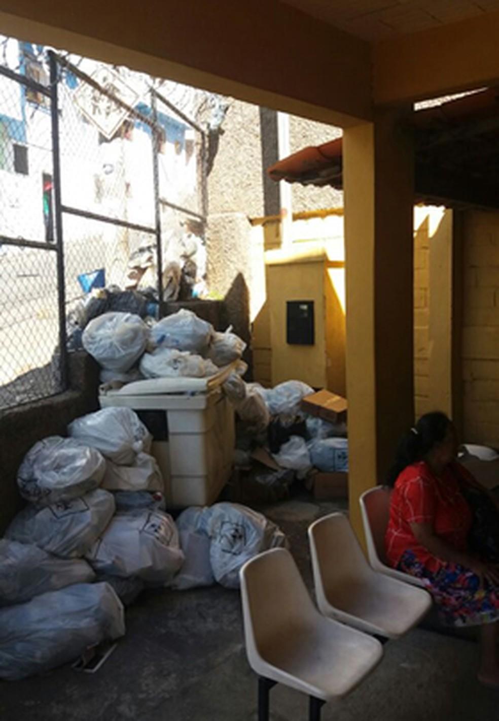 Lixo divide espaço com pacientes em centro de saúde de Belo Horizonte. (Foto: Sindibel/Divulgação)