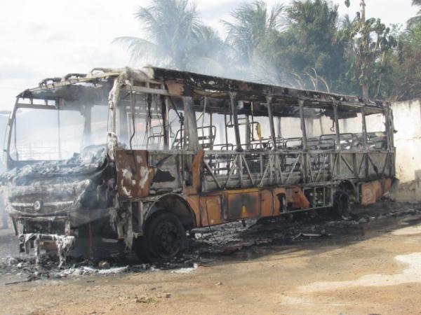Ônibus foi destruído após ser atingido por incêndio em Canindé (Foto: Divulgação)
