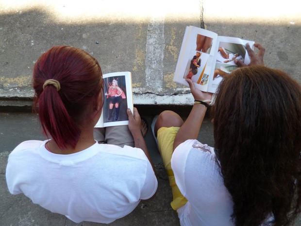 Presidiárias analisam o livro de Andressa Urach (Foto: Fio condutor/Mídia UNP-SP)