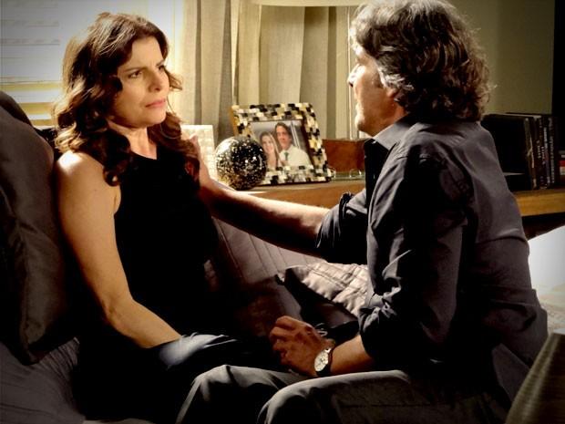 Cadinho tenta consolar a mulher, mas ela não quer saber de pobreza (Foto: Avenida Brasil/TV Globo)