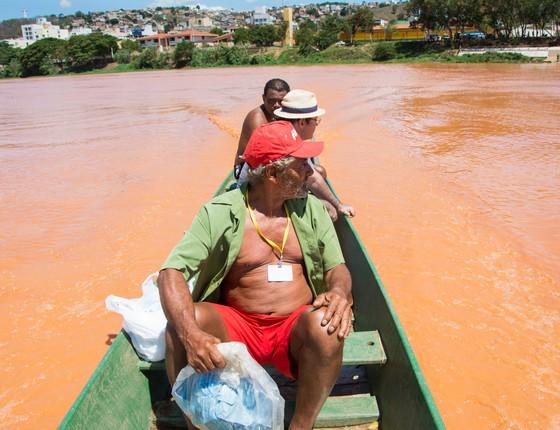 Pescadores em Colatina, Espírito Santo, durante a Operação Arca de Noé. Operação buscou resgatar os peixes da lama da Samarco (Foto: Camila Pastorelli)