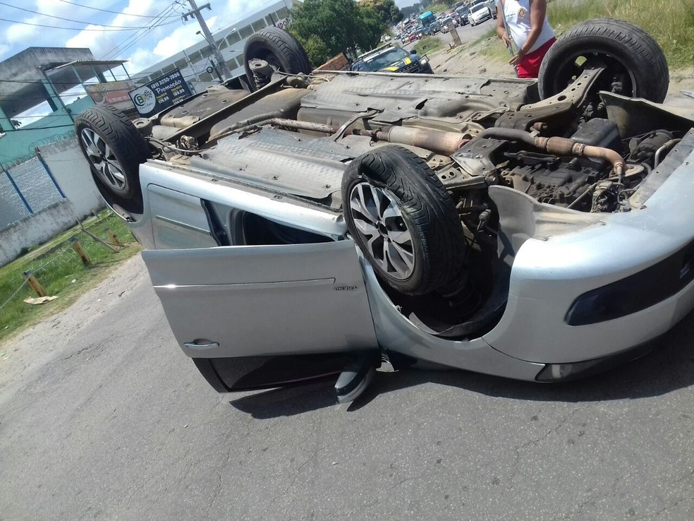O carro capotou e ficou de cabeça para baixo no meio da via (Foto: Divulgação/PRF)