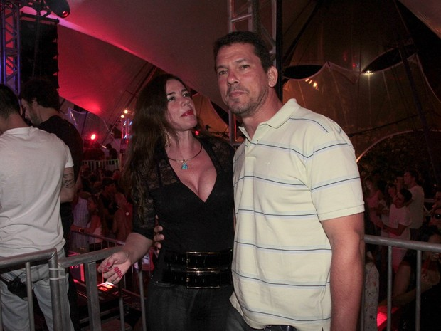 Luma de Oliveira com o namorado,  o engenheiro João Henrique Lemos, em festa na Marina da Glória, Zona Sul do Rio (Foto: Isac Luz/ EGO)
