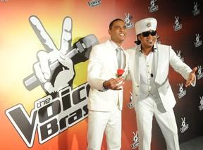 Romero Ribeiro ao lado de Carlinhos Brown, seu técnico no The Voice Brasil (Foto: Globo / João Miguel)