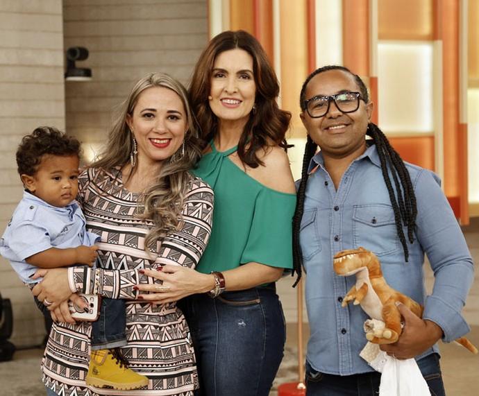 Convidados posam com a Fátima depois do programa  (Foto: Raphael Dias/Gshow)