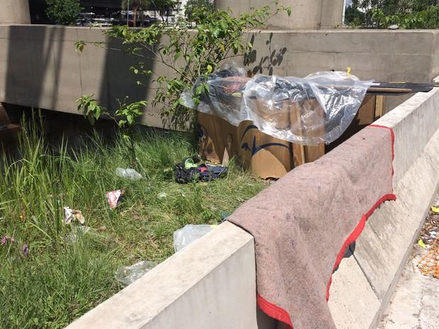 Alguns moradores dormem de forma improvisada debaixo de pedaços de papelão (Foto: Márcio Pinho/G1)