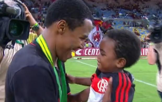 Elias com o filho (Foto: Reprodução/ SporTV)