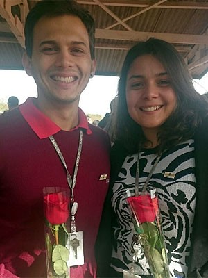 Funcionários do projeto levaram rosas vermelhas para Dilma (Foto: Renata Victal/G1)