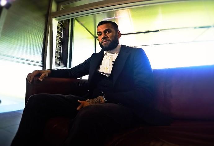 Daniel Alves dá entrevista sobre o Manchester City (Foto: Cássio Barco)