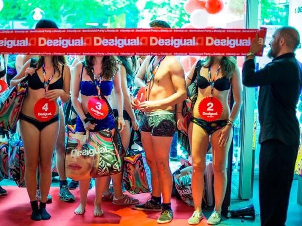 Realizada frequentemente pela rede espanhola Desigual em diversos países, a promoção divulga o lançamento da coleção de verão da marca (Foto: Reuters)
