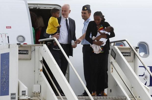 Meriam Yahya Ibrahim desembarca de avião do governo italiano em Roma nesta quinta-feira (24) (Foto: Remo Casilli/Reuters)