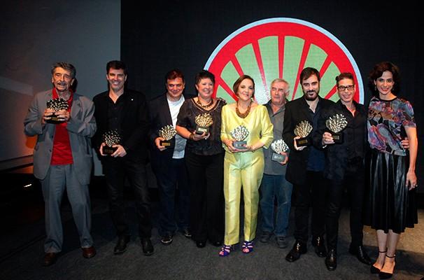 A apresentadora Mariana Lima junto aos vencedores da noite (Foto: Divulgação)