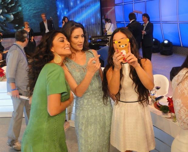 Ísis mostra o resultado da foto para as amigas (Foto: Domingão do Faustão / TV Globo)