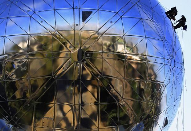 Limpeza do Atomium, em Bruxelas (Foto: Yves Herman/Reuters)