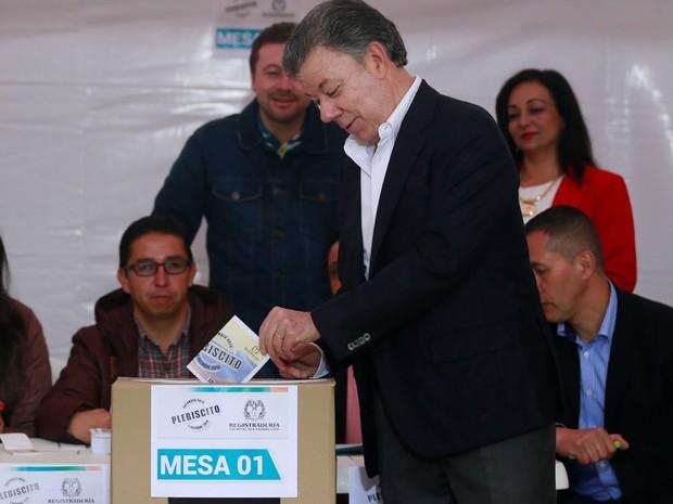O presidente da Colômbia, Juan Manuel Santos, vota durante plebiscite sobre o acordo de paz com as Farc em Bogotá, no domingo (2) (Foto: Reuters/John Vizcaino)