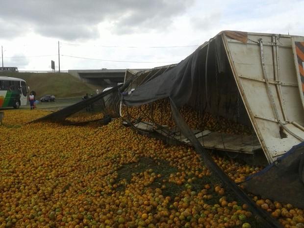 Carga de laranja ficou espalhada na pista em Botucatu  (Foto: Valdemir Arruda/ Arquivo pessoal )