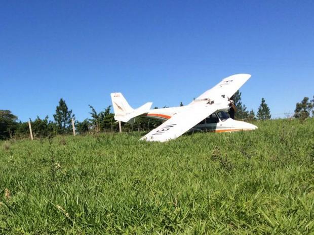 Avião experimental faz pouso forçado às margens de rodovia em Marília