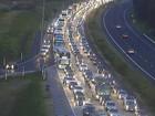Trânsito fica lento na freeway na volta do litoral no Rio Grande do Sul