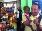 Brasileiro larga o emprego para viajar ao Haiti e ajudar crianças carentes