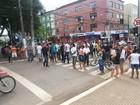 Eleitores protestam e fecham rua no último dia de recadastramento