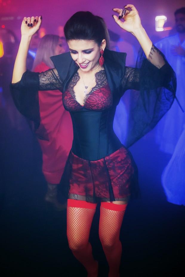 Paula Fernandes dança durante sua festa de aniversário (Foto: Bruno Soares/Divulgação)