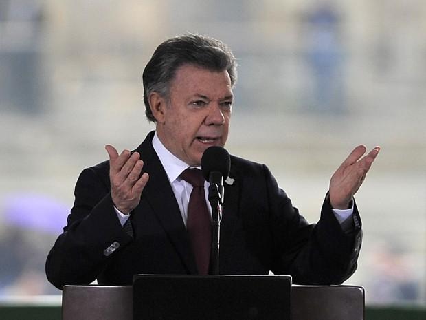O presidente da Colômbia, Juan Manuel Santos, fala durante solenidade do 30º aniversário do cerco ao Palácio de Justiça, em Bogotá, na sexta (6) (Foto: AFP Photo/Guillermo Legaria)