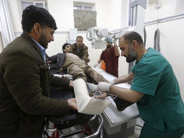 An Afghan man receives treatment at a hospital after a suicide car bomb attack in Kabul, Afghanistan April 19, 2016 (Foto: Omar Sobhani/Reuters)