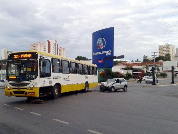 Acidente ocorreu no cruzamento da Avenida Historiador Rubens de Mendonça com a Av. Mato Grosso. (Foto: Denise Soares/G1)