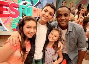 O apresentador Jairo ao lado dos 'The Voices Kids': Rafa Gomes, Pérola Crepaldi e Wagner Barreto (Foto: Guilherme Artigas/ Estúdio C)