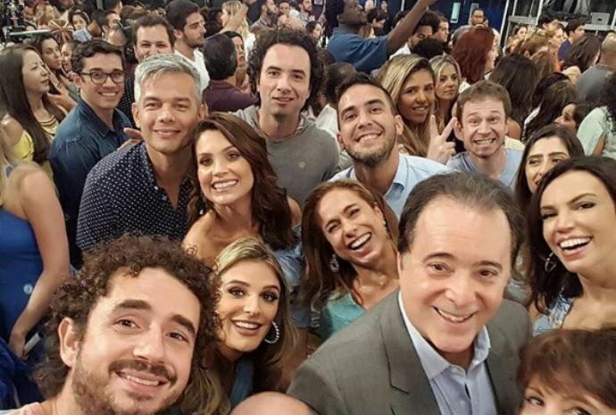 Olha o Marcão aí junto com parte do elenco durante as gravações (Foto: Reprodução / Instagram: Felipe Andreoli)