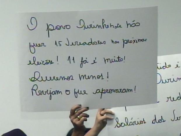 Moradores levaram cartazes com as reivindicações  (Foto: Reprodução / TV TEM)