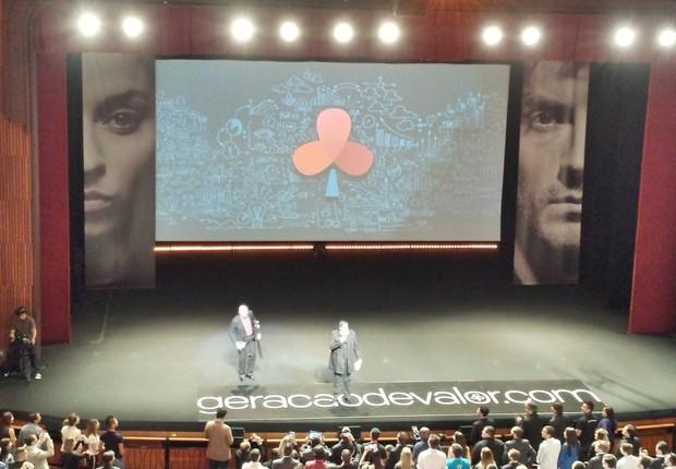 Flávio Augusto da Silva e Sandro Magaldi, CEO do Geração de Valor, são aplaudidos de pé pela plateia (Foto: Renata Leal)