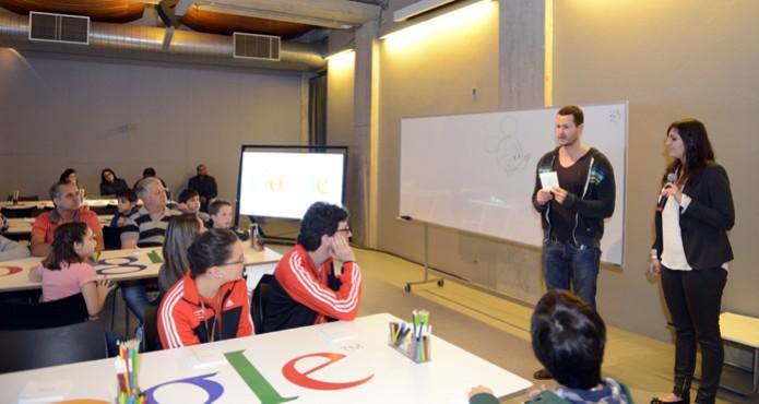 """O doodler Matthew Cruickshank ensina a turma a técnica da """"Bola Pingante"""", num bloquinho giratório (Foto: Google) (Foto: O doodler Matthew Cruickshank ensina a turma a técnica da """"Bola Pingante"""", num bloquinho giratório (Foto: Google))"""