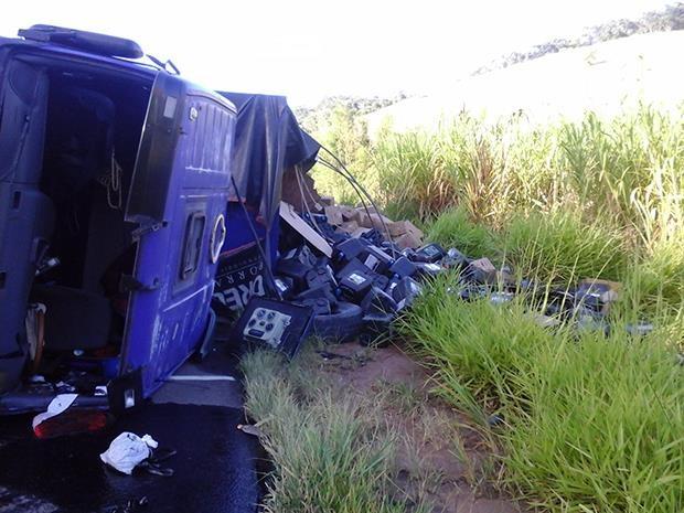 Carreta tombada BR-116 Leopoldina 2 (Foto: PRF Leopoldina / Divulgação)