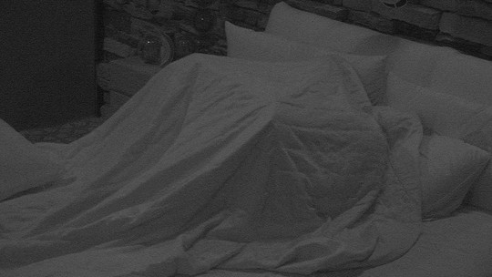 Marcos e Emilly esquentam edredom da cama do Quarto do Líder