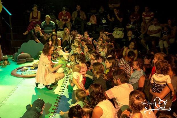 Pati e os bichos interagem com as crianças durante a apresentação (Foto: Divulgação)