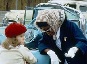 Corina enfrenta o preconceito da vizinhança para cuidar da jovem Molly (Foto: Divulgação)