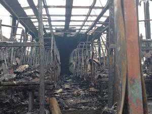 Após morte de traficantes, ônibus foi incendiado no bairro Guarani (Foto: Heitor Moreira/G1)