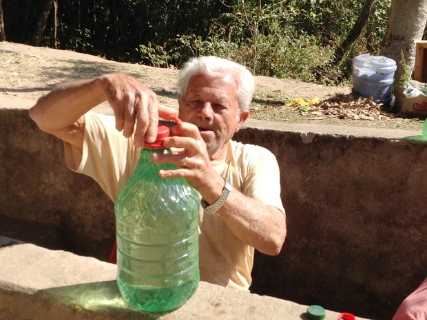 Joaquim Batista dos Reis fecha recipiente que encheu em mina (Foto: Ricardo Welbert/G1)