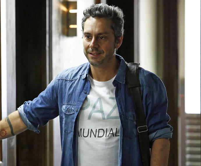 """Irônico, o bandido usa camiseta com a frase """"Paz Mundial"""" (Foto: Raphael Dias / Gshow)"""