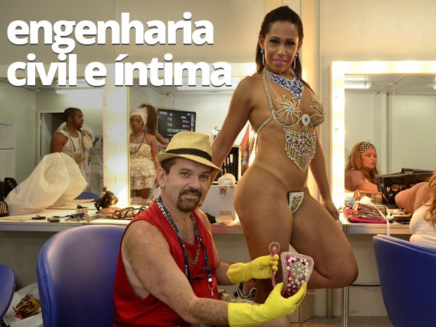 O produtor Kiko Alves segura o tapa-sexo de vergalhão usado por Elo Santos, musa da Renascer de Jacarepaguá (Foto: Roberto Teixeira/ EGO)
