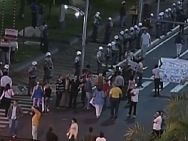 Polícia Militar fez um cordão em volta do prédio da prefeitura em Marília  (Foto: reprodução/TV Tem)