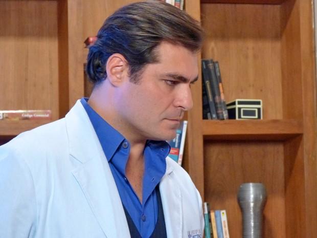 O médico planeja a morte da suposta sogra (Foto: Evellyn Pacheco / Gshow)